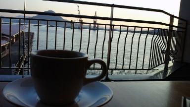 夕刻の広島港とペルーのコーヒー.jpg