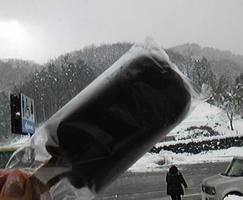 雪の中でアイス.jpg