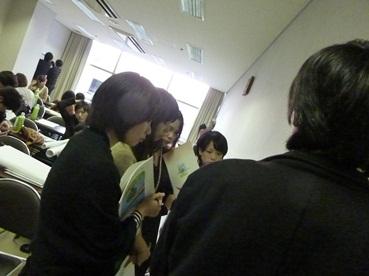 2011合同ゼミパネル発表を聴き、質問するゼミ生.jpg