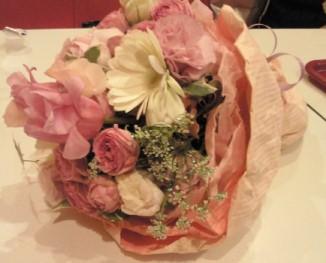 2011年度ゼミ生からの花束.jpg