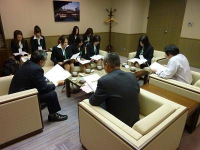NHK正野局長にプレゼン2.JPG