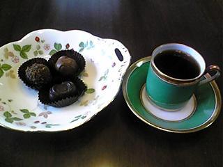 ジノリのカップにコーヒーとGODIVA.JPG