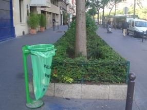 パリ ゴミ箱.JPG