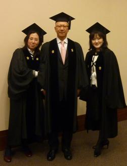 学位授与式3人.JPG