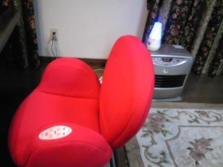 赤い椅子とヒーター.jpg