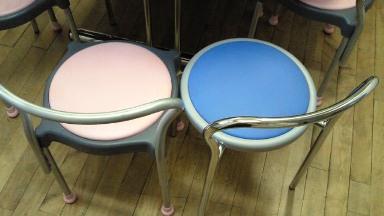 ピンクの椅子に水色の椅子も加わる.jpg