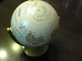 地球儀:南極を上に.JPG