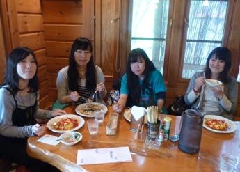 ウッディなレストランでランチ.JPG
