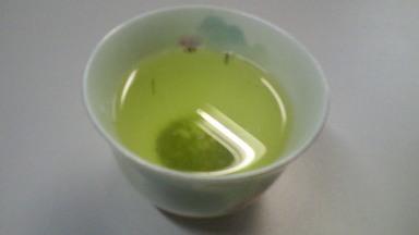 グリーンのお湯のみの茶柱.jpg