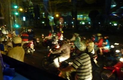ホーチミンのバイク、夜.jpg